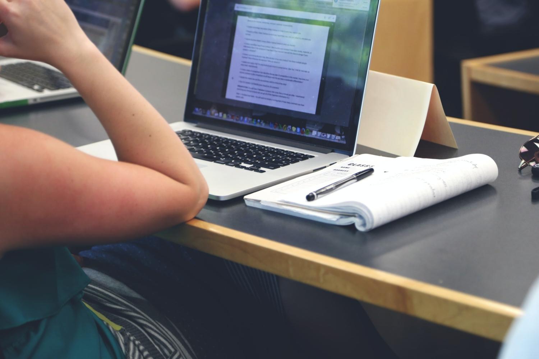 Bild på person som studerar vid dator