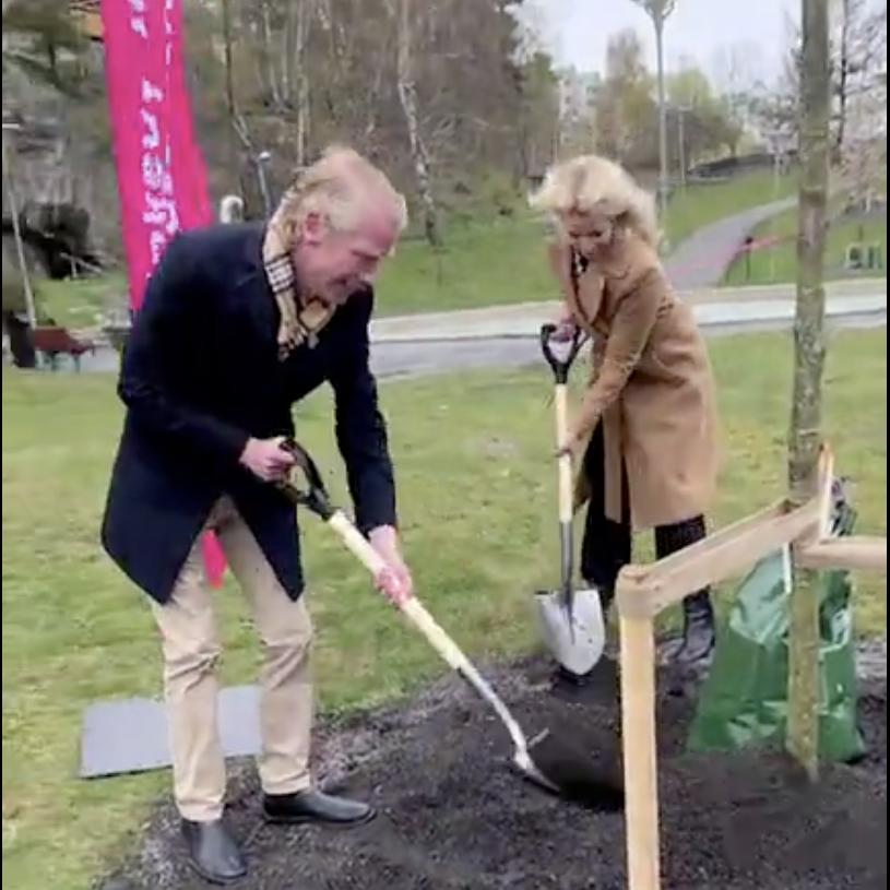 En man och en kvinna gräver i jorden.