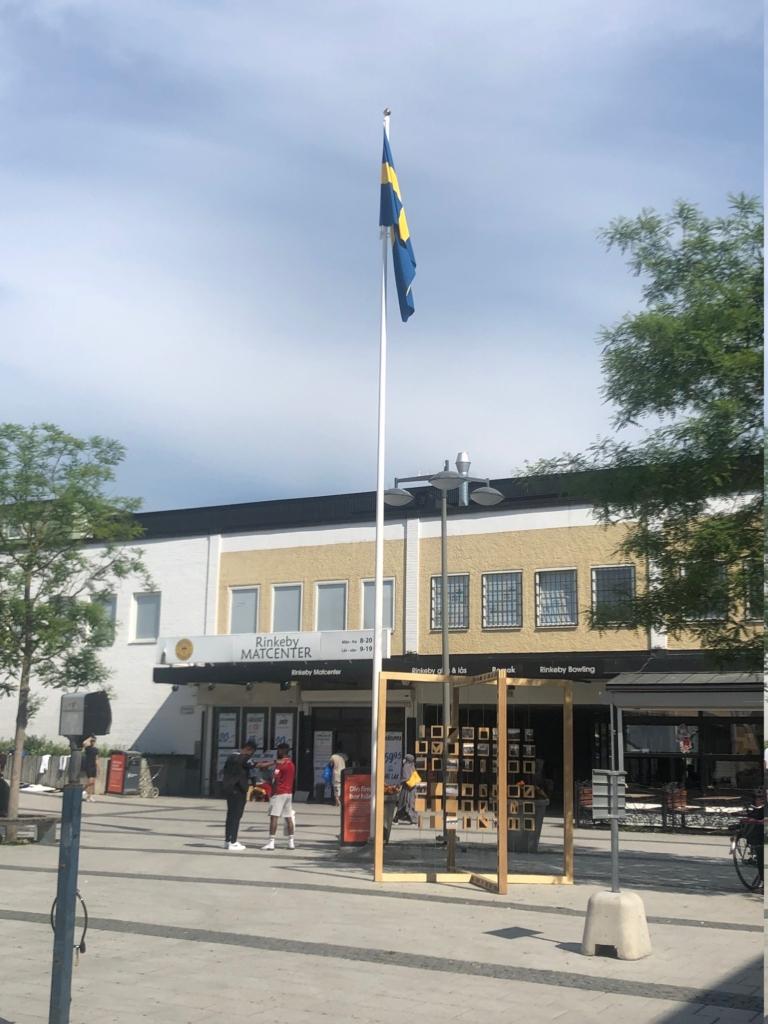 Svenska flaggan hissade på Rinkeby torg.