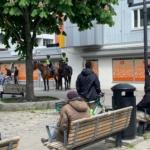 polis på häst och folk på torget i Husby.