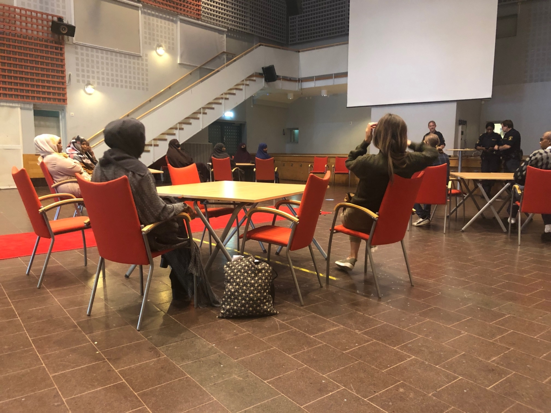 Föräldrar på möte i aulan på Rinkebyskolan.
