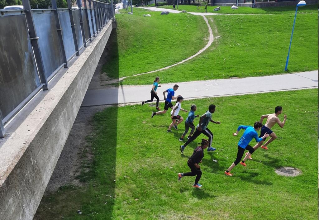 flera löpare suns på håll.