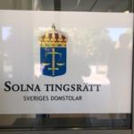 Skylten på ytterdörren till Solna tingsrätt.