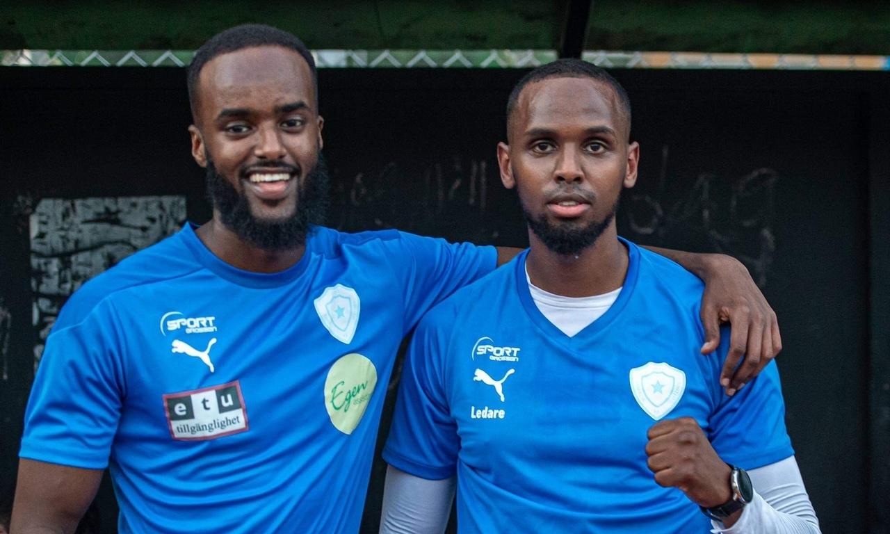 Två fotbollsspelare i Som United.