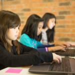 Tre flickor framför varsin laptop