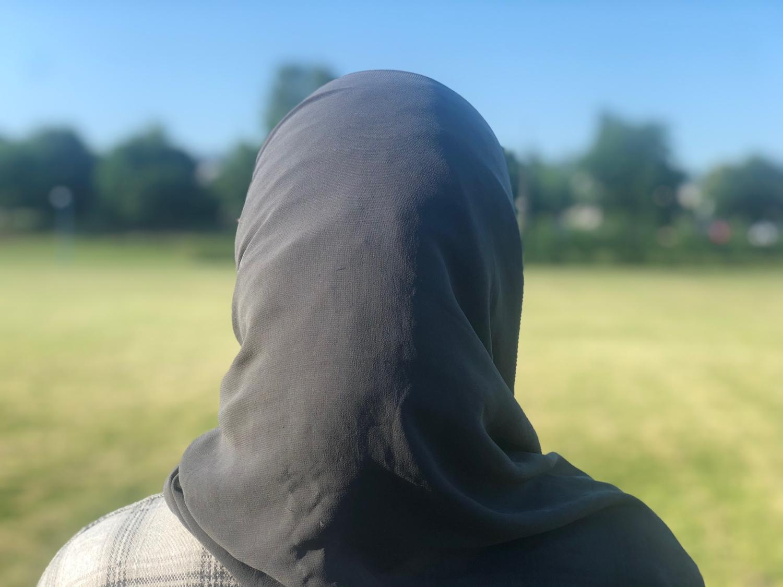 Tjej i hijab fotograferad bakifrån.