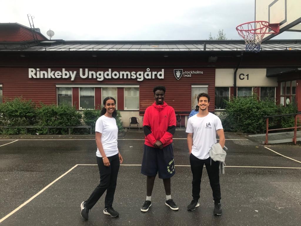 tre ledare i Löparakademien står tillsammans utanför Rinkeby ungdomsgård.