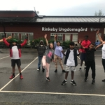 ungdomar och barn gympar utomhus