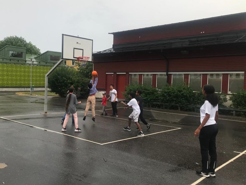 ungdomar spelar basket