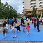 Zumbadans med barnen på Kista torg.