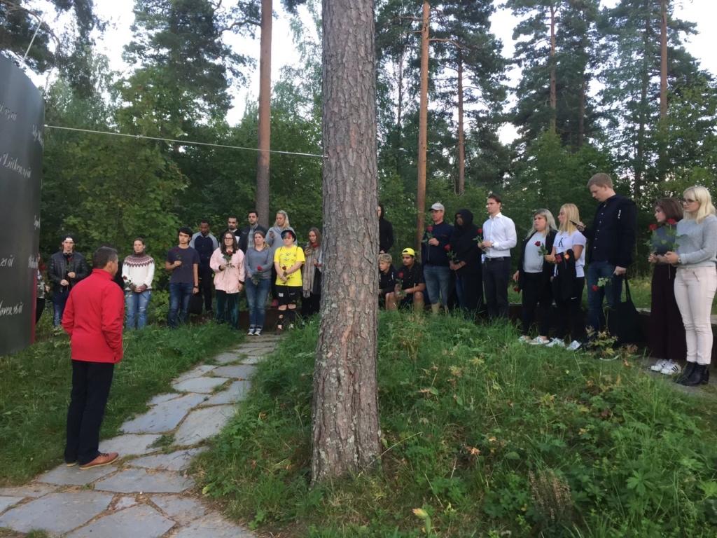 Människor samlade till en minnesstund på Utöya.