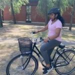 kvinna som cyklar.