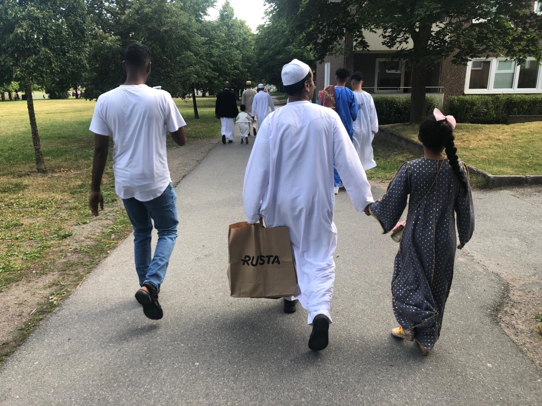 familj på väg till eid-bön