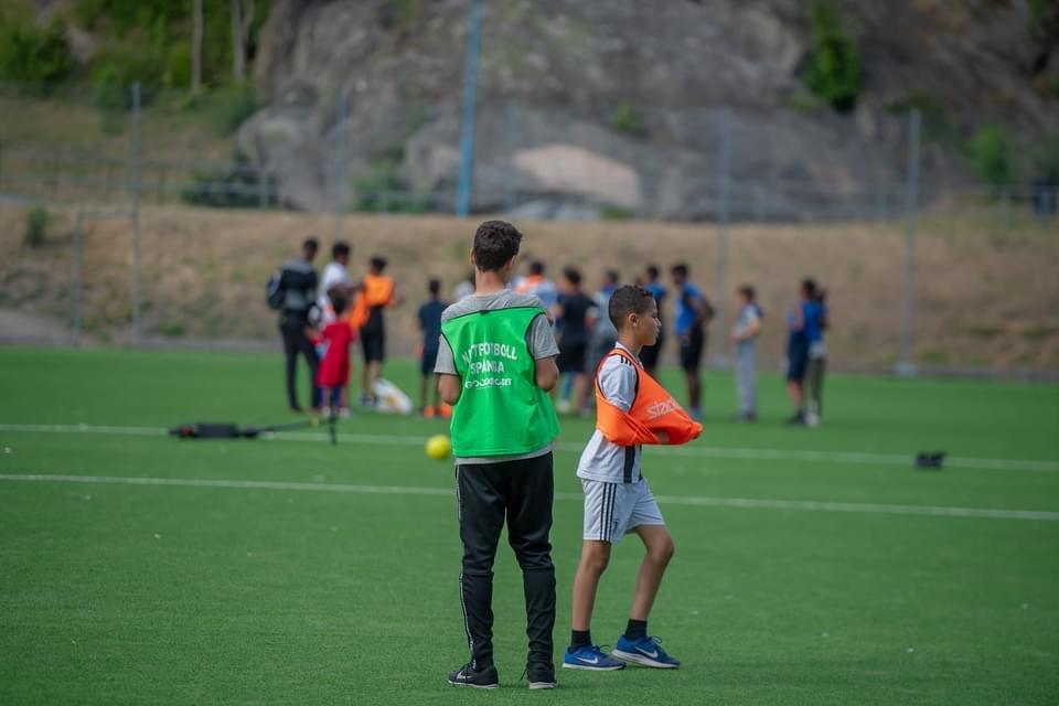 unga spelar fotboll
