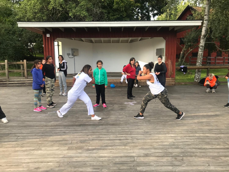 Tjejer testar på Capoeira