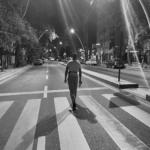 En ung man går på gatan