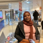 Kvinna som sitter i fiket i Rinkeby centrum.