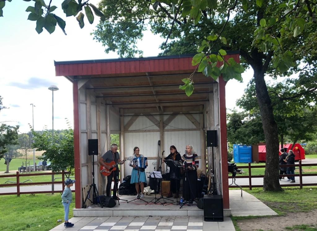 Musiker på scen i husby gård