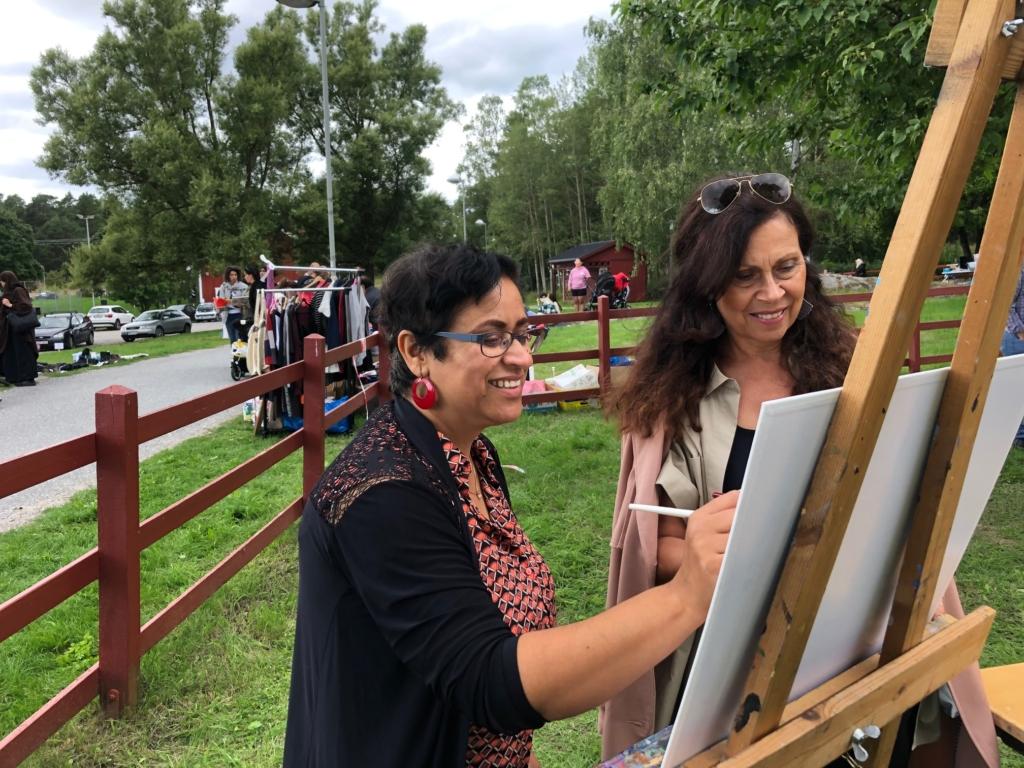 Två kvinnor målar tillsammans