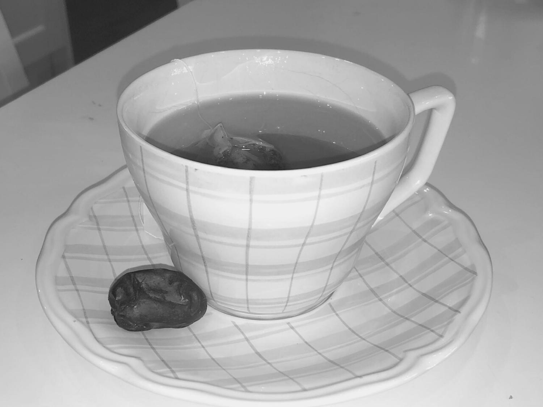 En kopp med te och en dadel