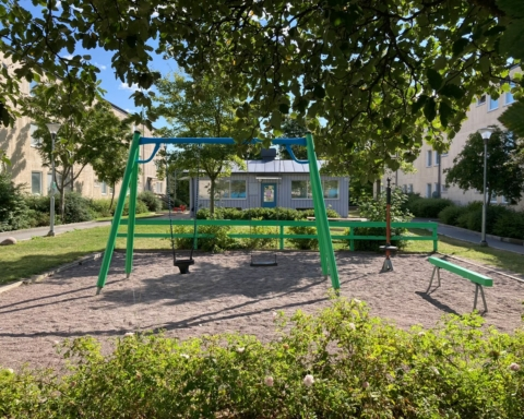 en liten lekpark i Tensta, sommartid.