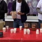 Beskuren bild av ungdomar som fixar smoothies.
