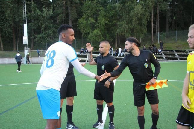 Fotbollsspelare tackar domaren.