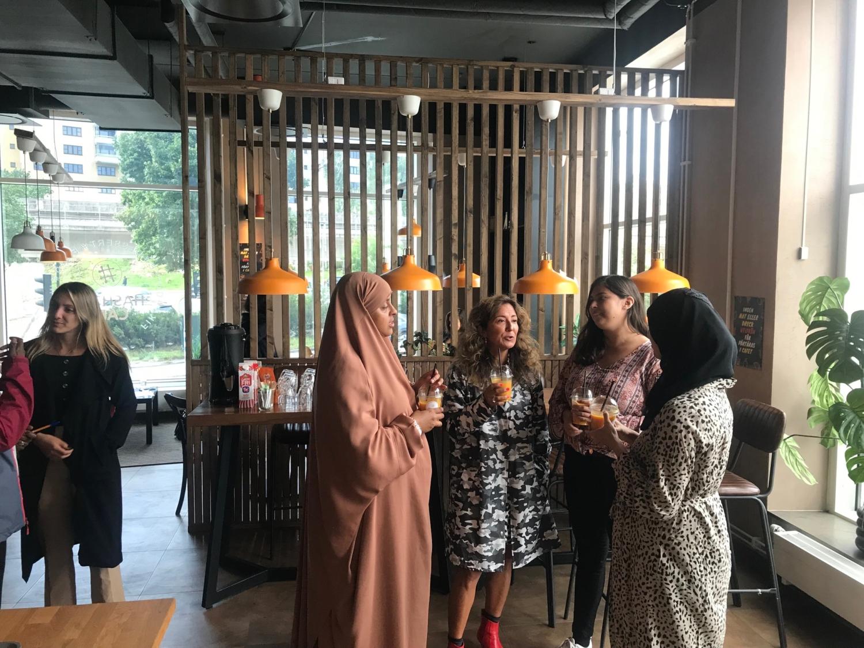Kvinnor nätverkar på Hashtag café