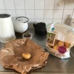 En ensam potatis på en diskbänk.