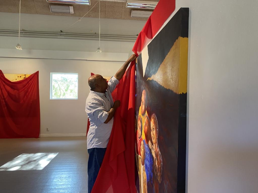 Shakir Bader Attiyah framför ett av hans konstverk