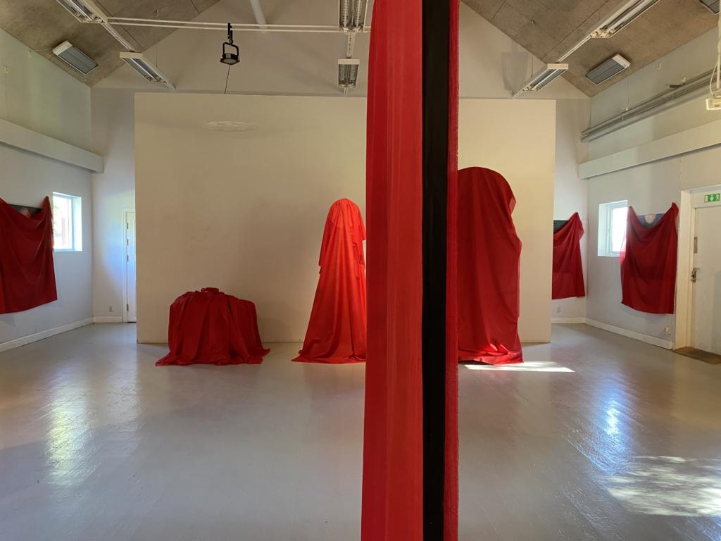 Konstverken är täckta av röda skynken