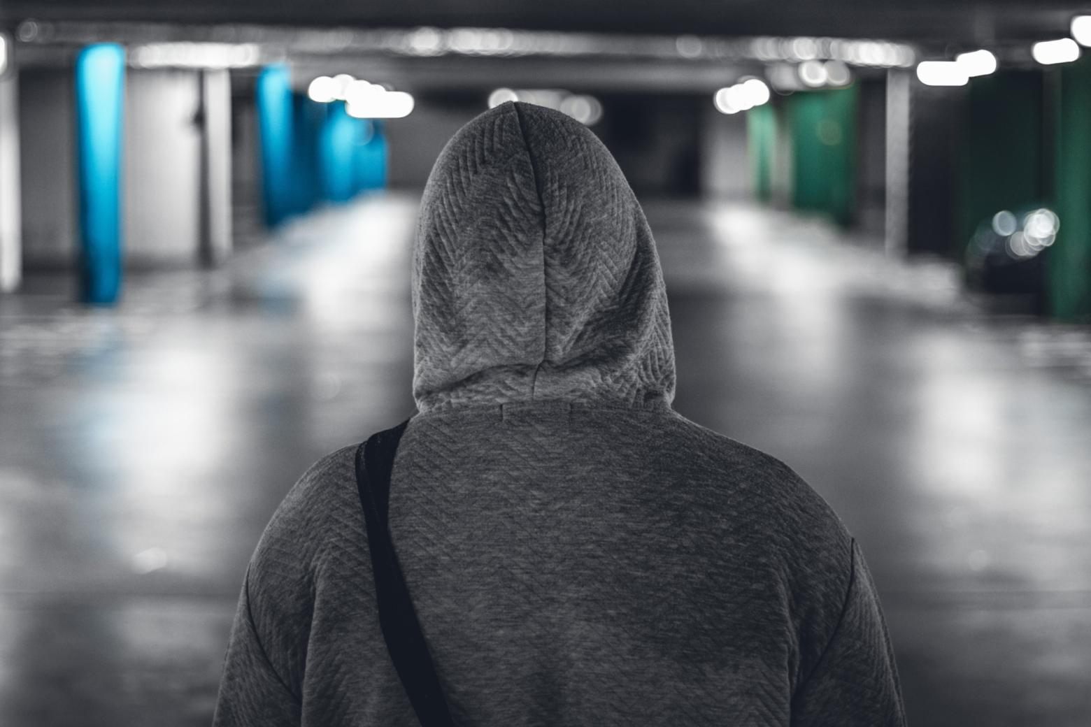 En person i grå hoodie bakifrån