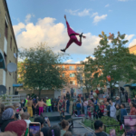 en cirkusartist hoppar högt i luften