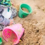 Barn i sandlåda