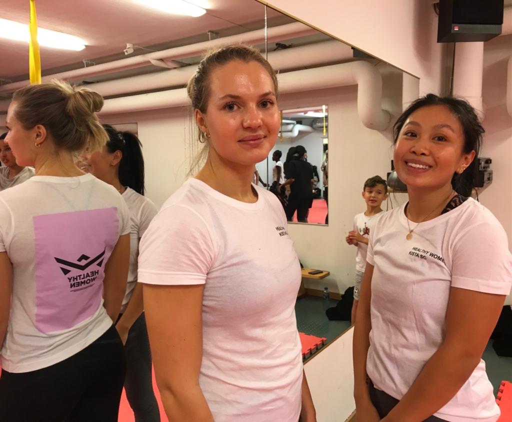 Två kvinnliga tränare i kampsport.