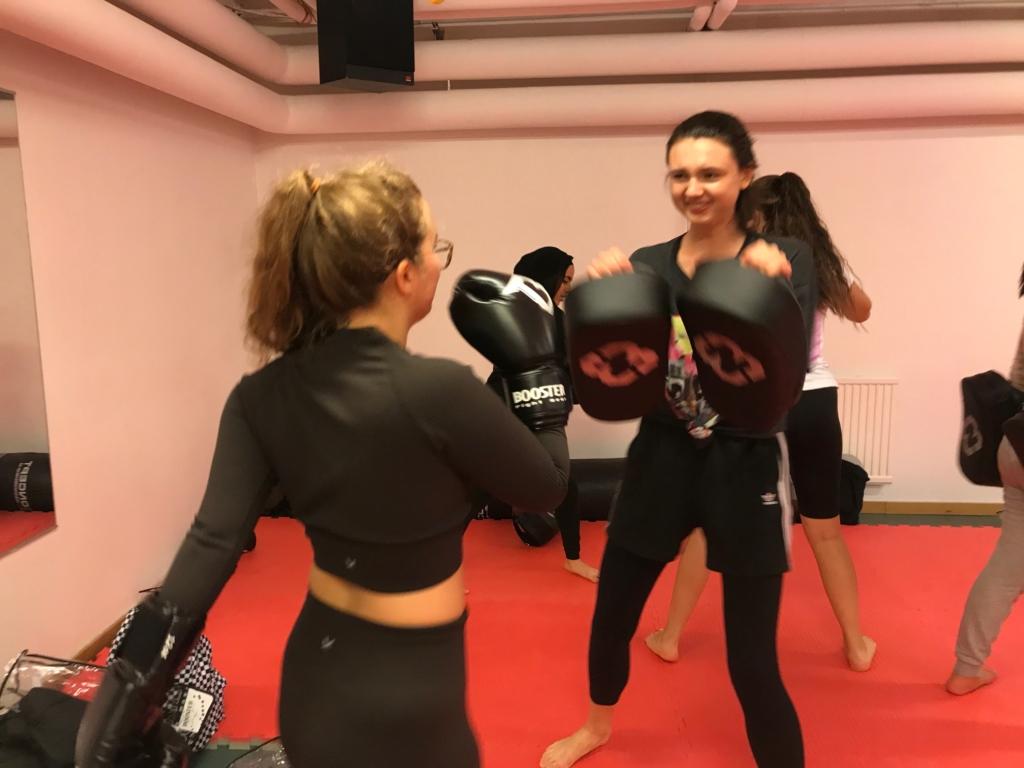 Två tjejer tränar kickboxning