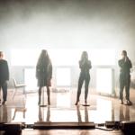 Foto från föreställningen Mammorna där fyra personer står på scen.
