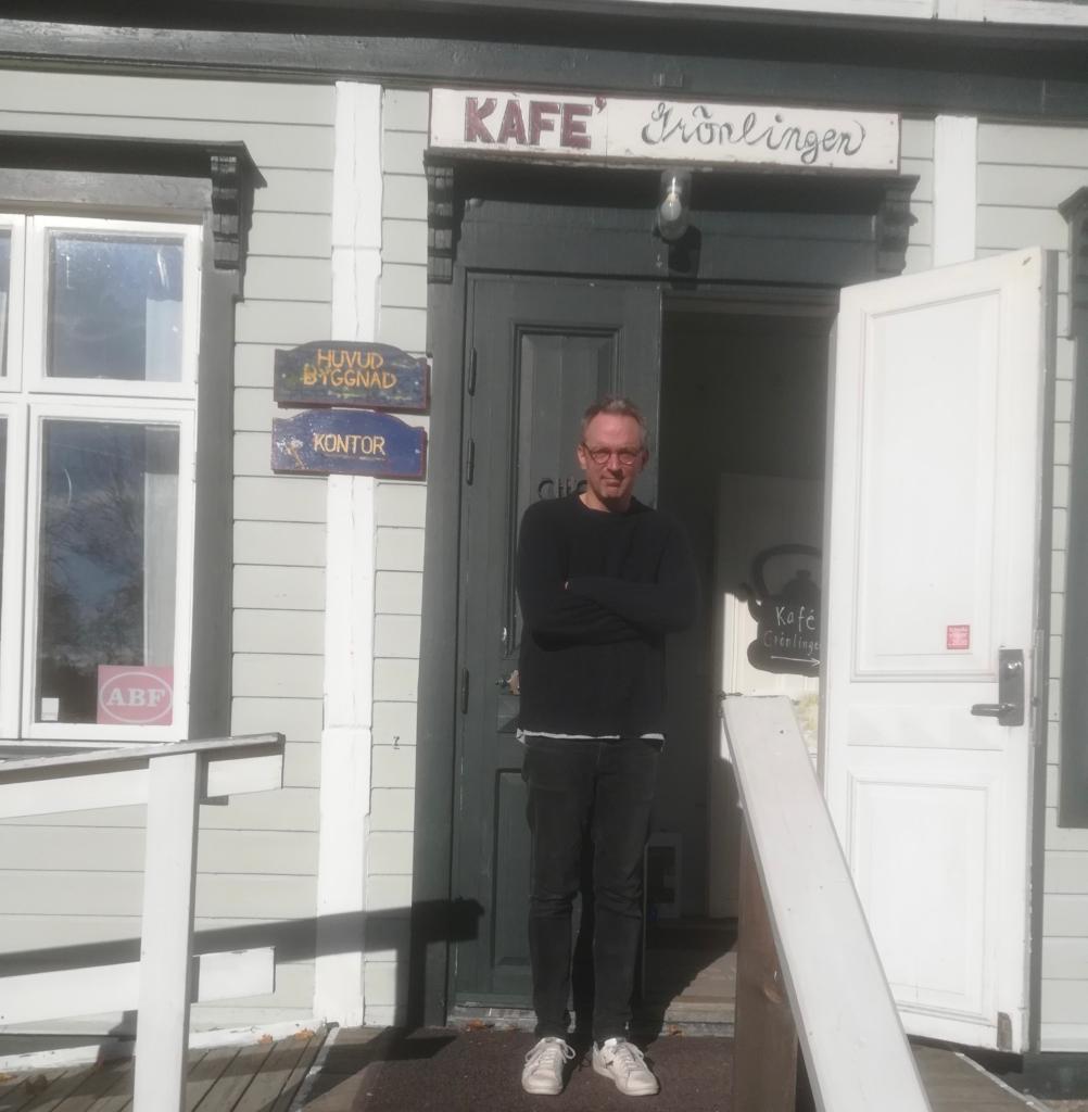 Man vid ingången till Eggeby gårds kafé.