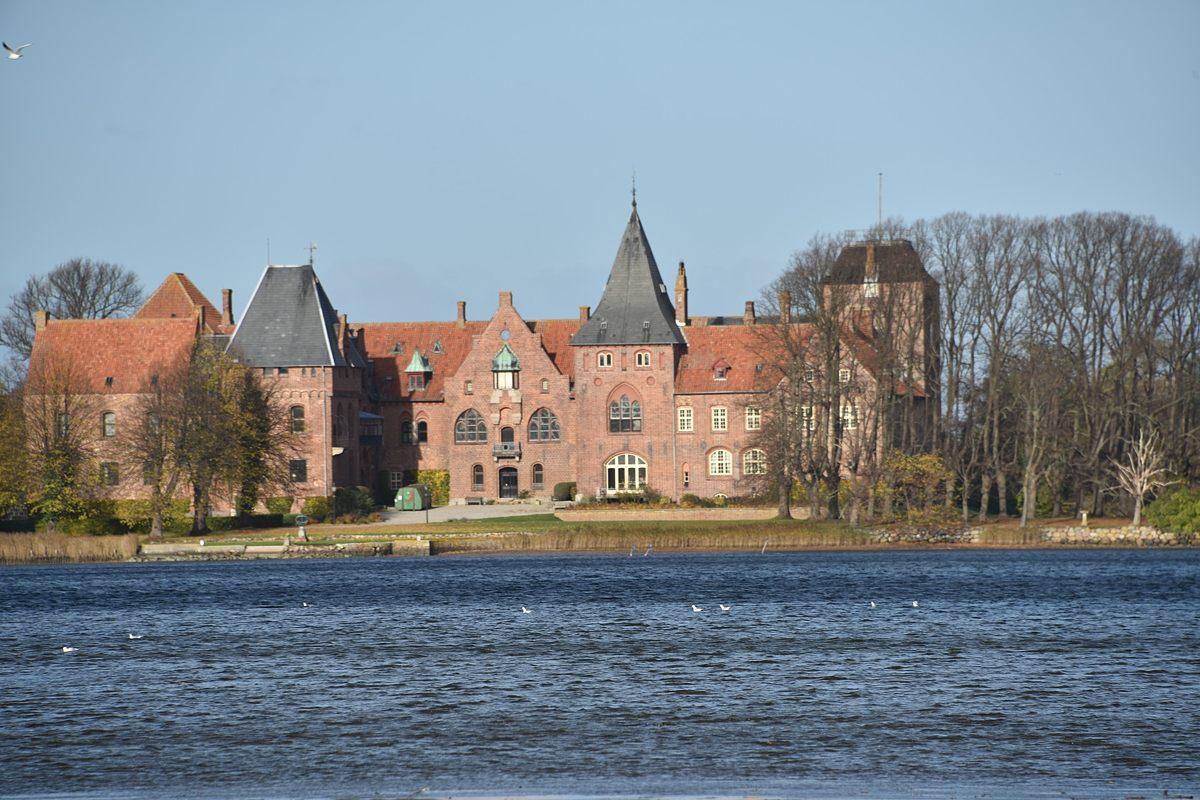 Aalholm Slot solgt