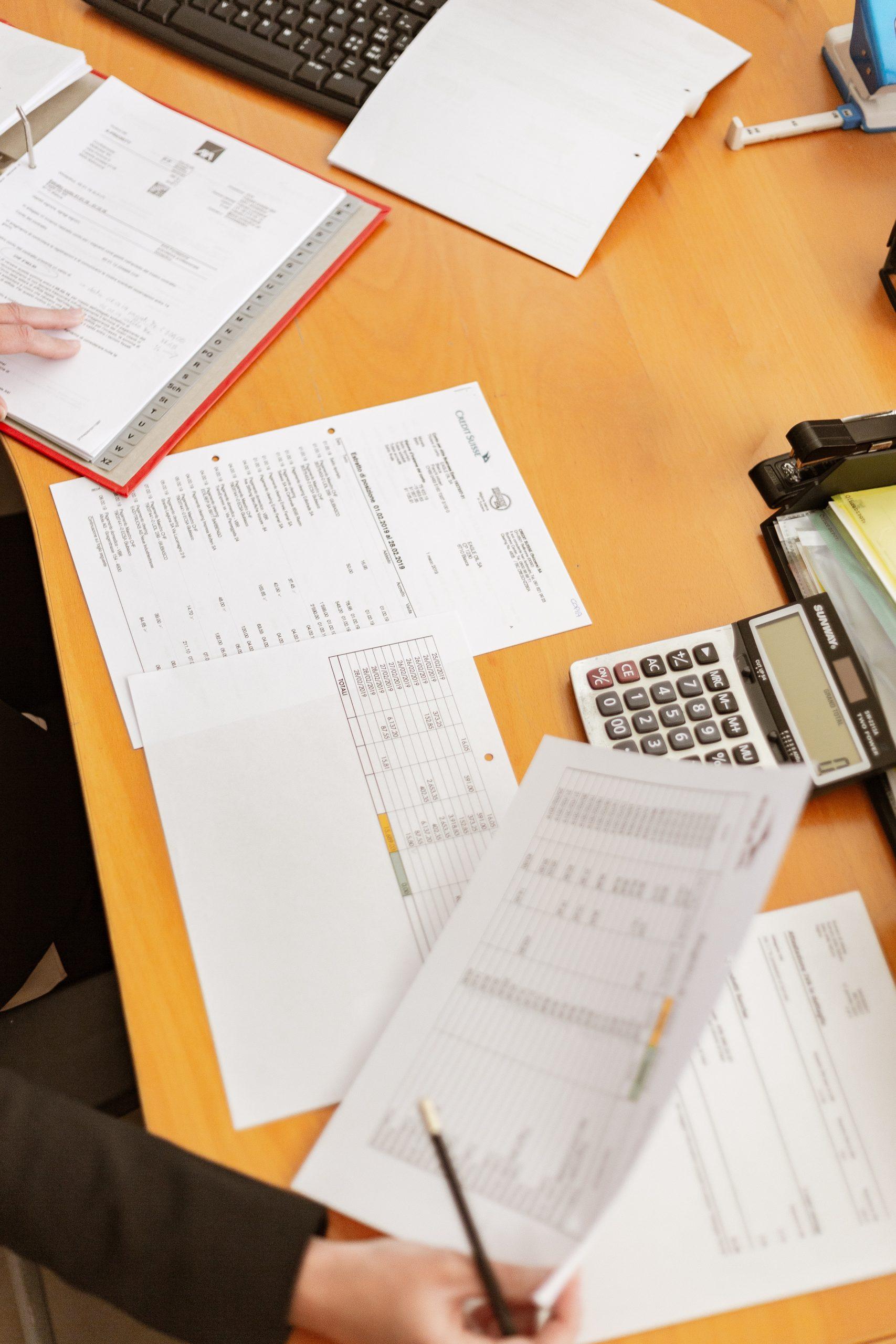 Skrivebord med dokumenter