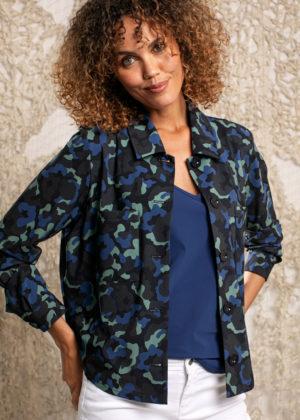 Studio Anneloes Robin camo blouse empowerment voorkant model