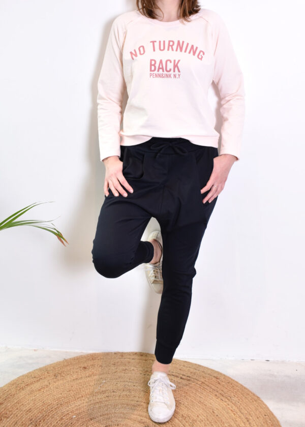 Penn & Ink Sweater S21F872 blossom terracotta en S21T575 navy pants