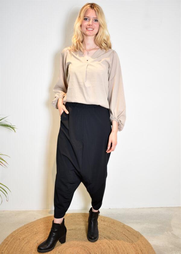 Elsewhere Stella top sea salt 20120 outfit Louke low trouser 20157 black
