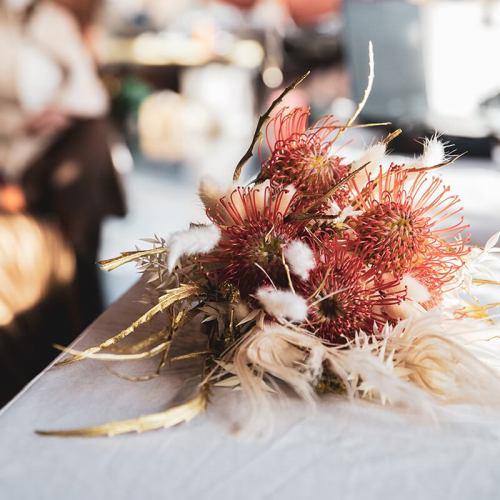 bruidsboeket-verse-bloemen-droogbloemen-witte-oranje-tinten-2