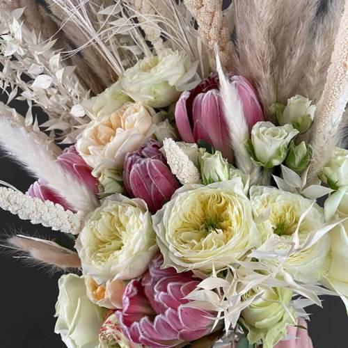 bruidsboeket-verse-bloemen-droogbloemen-witte-roze-tinten-detail