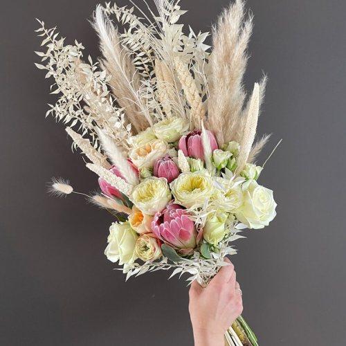 bruidsboeket-verse-bloemen-droogbloemen-witte-roze-tinten