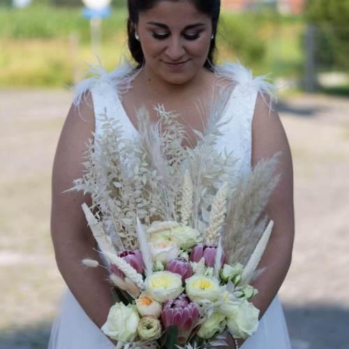 bruidsboeket-verse-bloemen-droogbloemen-witte-tinten-3