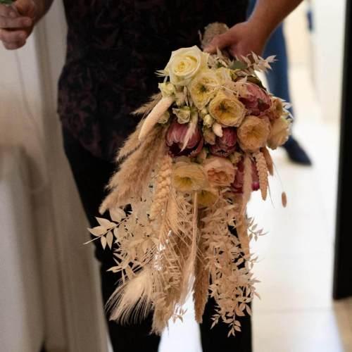 bruidsboeket-verse-bloemen-droogbloemen-witte-tinten-4