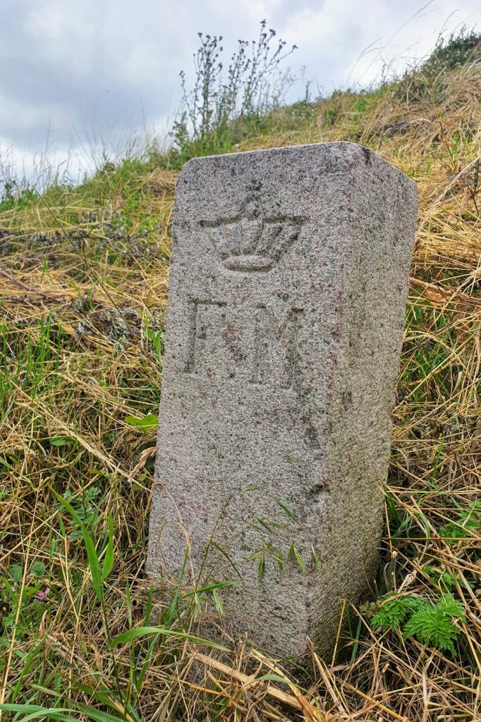 """FM betyder """"Fredet Mindesmærke"""" (Mårhøj på Hindsholm)"""