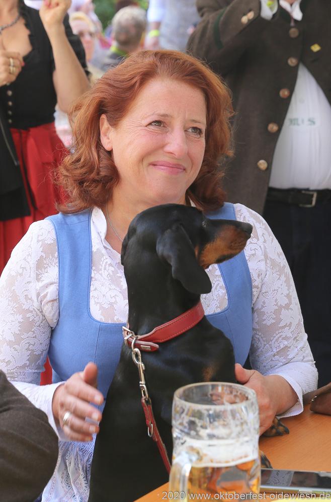 Luise Kinseher,  Wiesnbierprobe und Bierorden an Luise Kinseher im Biergarten der Hirschau in München 2020